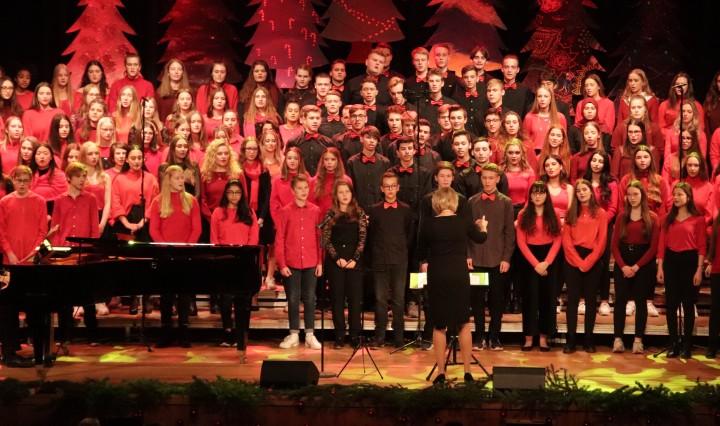 Der Schulchor beim Weihnachtskonzert 2019